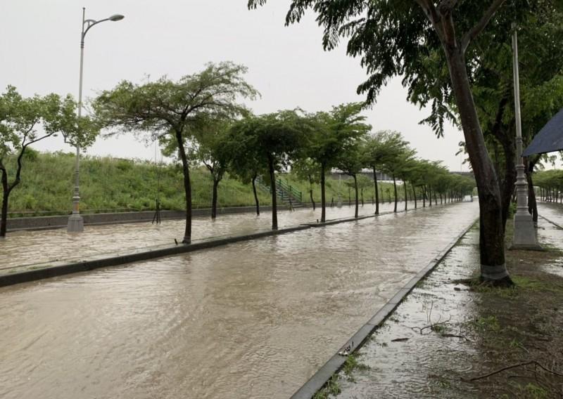 台中今天上午開始降下大雨,烏日環河路1段淹水,整個車道宛如變成大排。(記者陳建志翻攝)