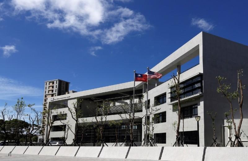 喬盟國際顧問涉嫌變造菲律賓等國護照,販售給台灣家長讓學童註冊新北美國學校。(記者黃捷翻攝)