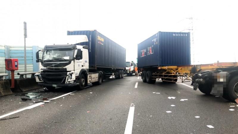 國道3號彰化路段驚傳貨櫃車、大貨車追撞,全線封閉搶救。(記者湯世名翻攝)