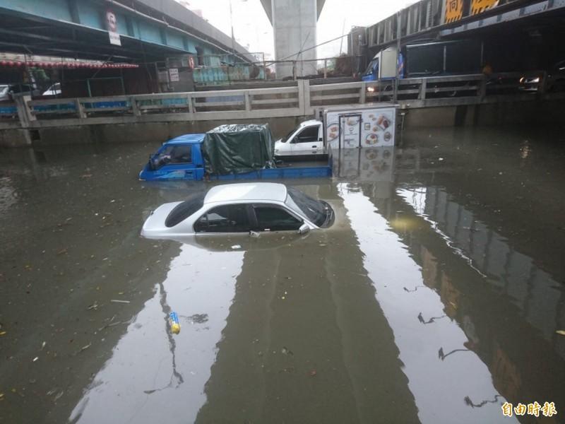 南區林森路地下道嚴重淹水,人車一度受困,所幸駕駛都及時逃出。(記者楊政郡攝)