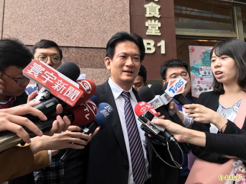 林俊憲會前接受媒體訪問。(記者蘇芳禾攝)