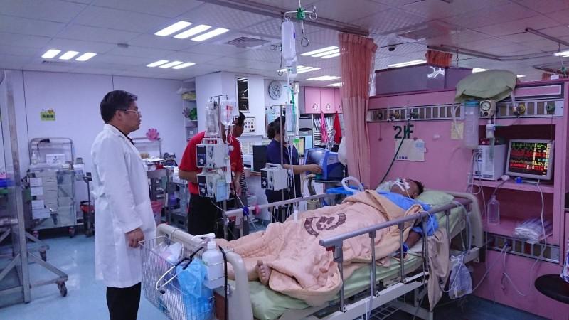 周姓男子遭高壓電擊,性命垂危,仍在院搶救中。(記者鄭名翔翻攝)