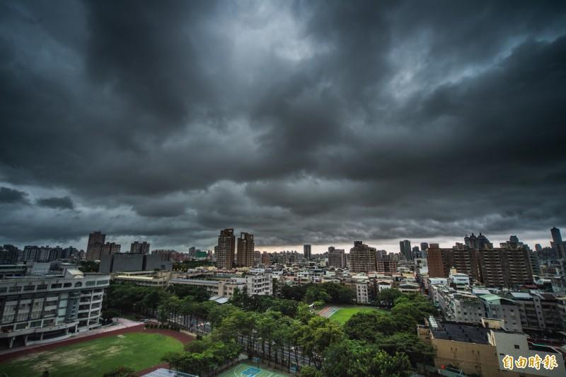 高雄市下午四點過後,烏雲就籠罩整個上空。(記者張忠義攝)