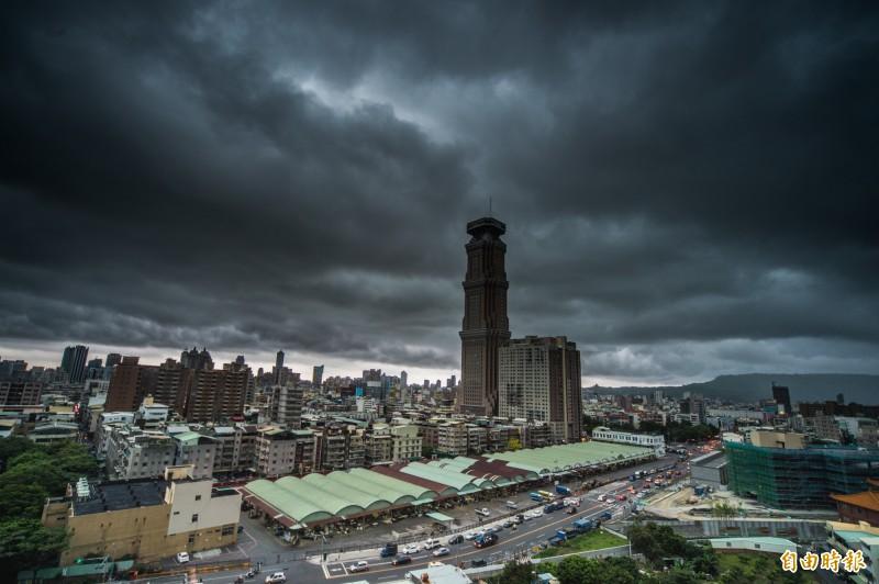烏雲壟罩整個天空的速度非常快,不久就下起驟雨。(記者張忠義攝)