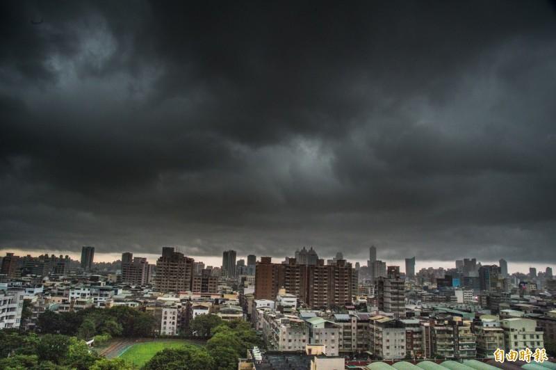 高雄市今天下午烏雲密布,讓人感受到山雨欲來的氣氛。(記者張忠義攝)