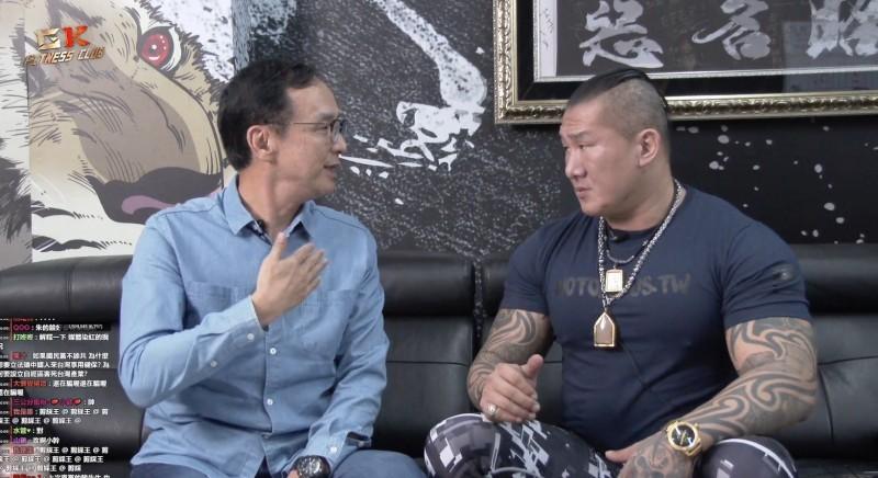 朱立倫(左)與館長陳之漢(右)開直播討論國民黨內初選問題。(翻攝自網路)