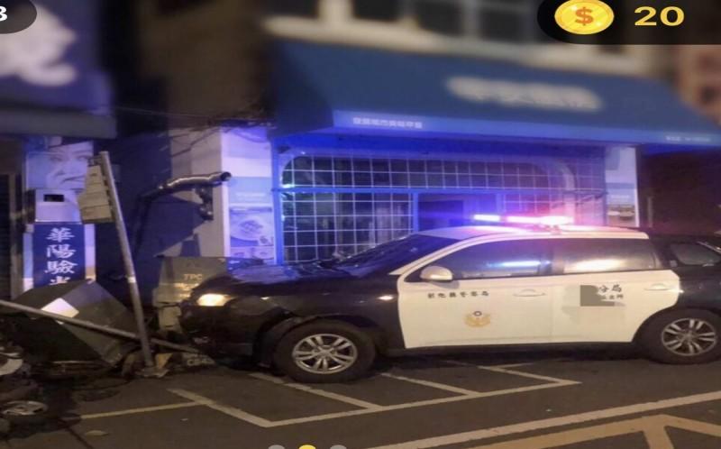 彰化警分局八卦山派出所巡邏警車今天衝撞變電箱受損。(翻攝臉書爆料公社)