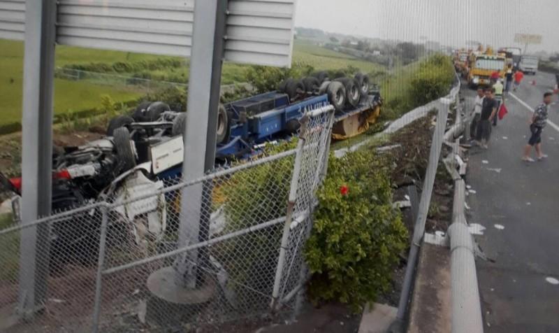 國道1號斗南交流道前發生事故,一輛連結車翻落邊坡「倒栽蔥」。(民眾提供)