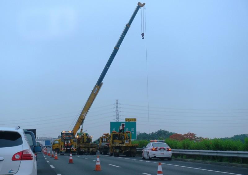 國道1號斗南交流道前,今天早上發生連結車追撞意外,現場有多輛拖吊車協助排除。(民眾提供)