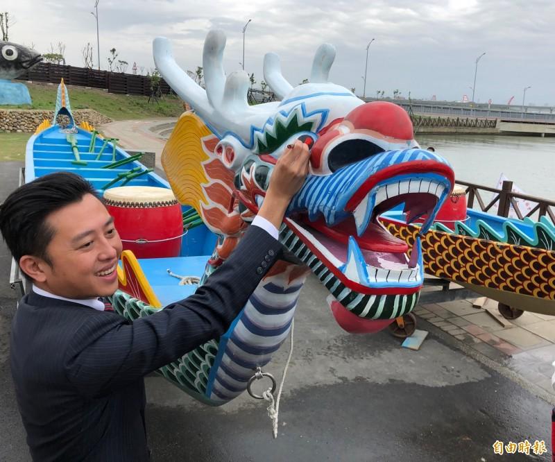 新竹市長林智堅今主持龍舟賽祈福暨點睛淨港儀式。(記者王駿杰攝)