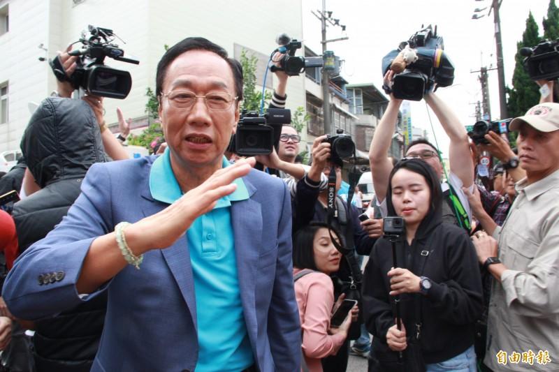 鴻海董事長郭台銘投入總統大選勤跑基層,今走訪桃園回應鴻海「低薪說」。(記者許倬勛攝)