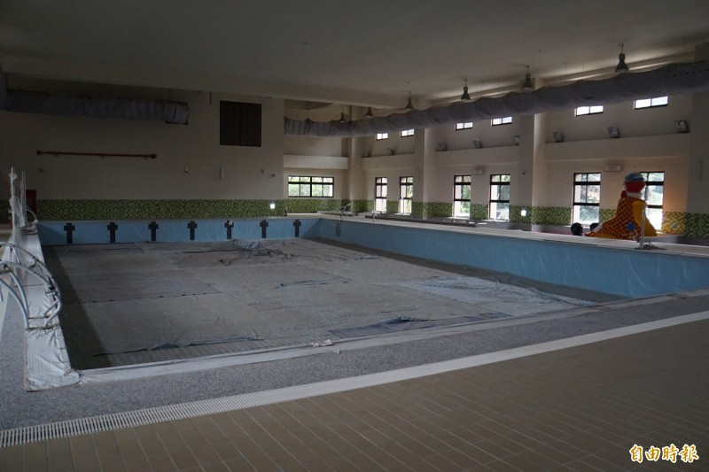 溫水游泳池成人票價只要80元。(記者詹士弘攝)