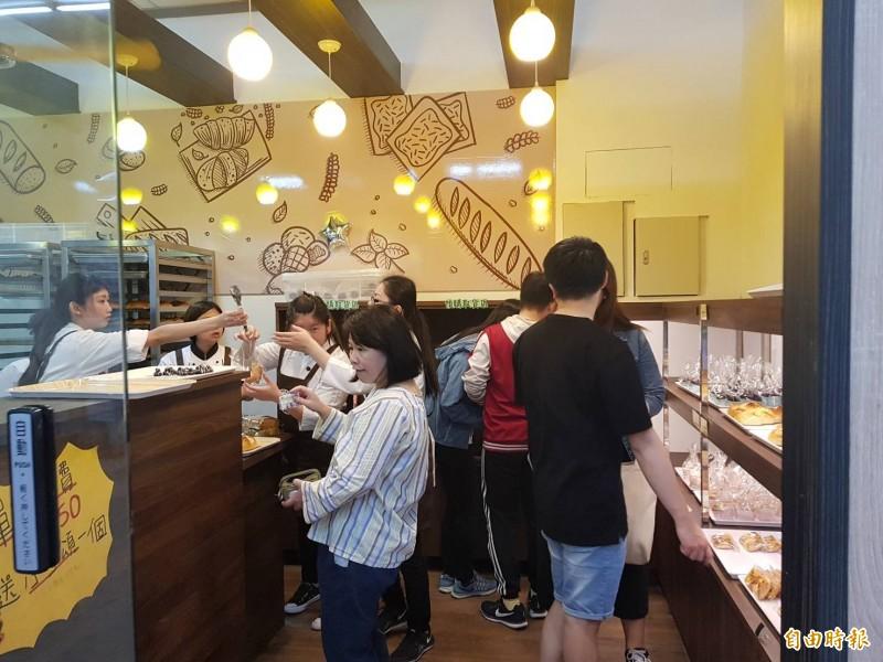 明新科大「@house實習烘焙坊」有學校掛保證,不少附近民眾慕名而來購買。 (記者廖雪茹攝)