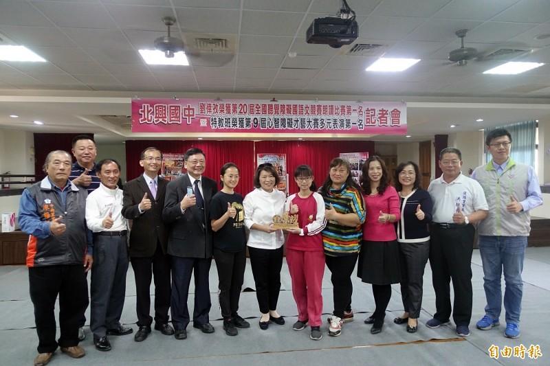 劉倖孜(右六)日前獲第20屆「全國聽覺障礙國語文競賽」國中組朗讀比賽第一名,媽媽李雪如(右五)到校一起接受市長黃敏惠表揚。(資料照)