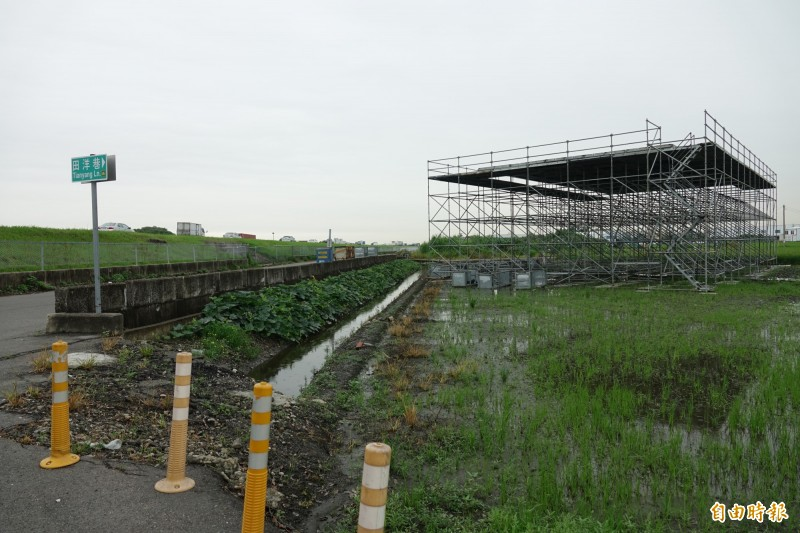 2019年漢光演習即將在彰化戰備道登場,東側平面道路空地可以看到平台陸續搭建中。(記者劉曉欣攝)