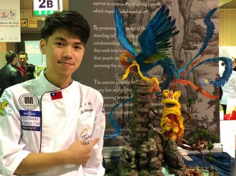 明道中學餐飲科三年級的學生王奕鈞致力於翻糖的創作,在國際獲獎無數,今年則獲得了「2019總統教育獎」。(明道中學提供)