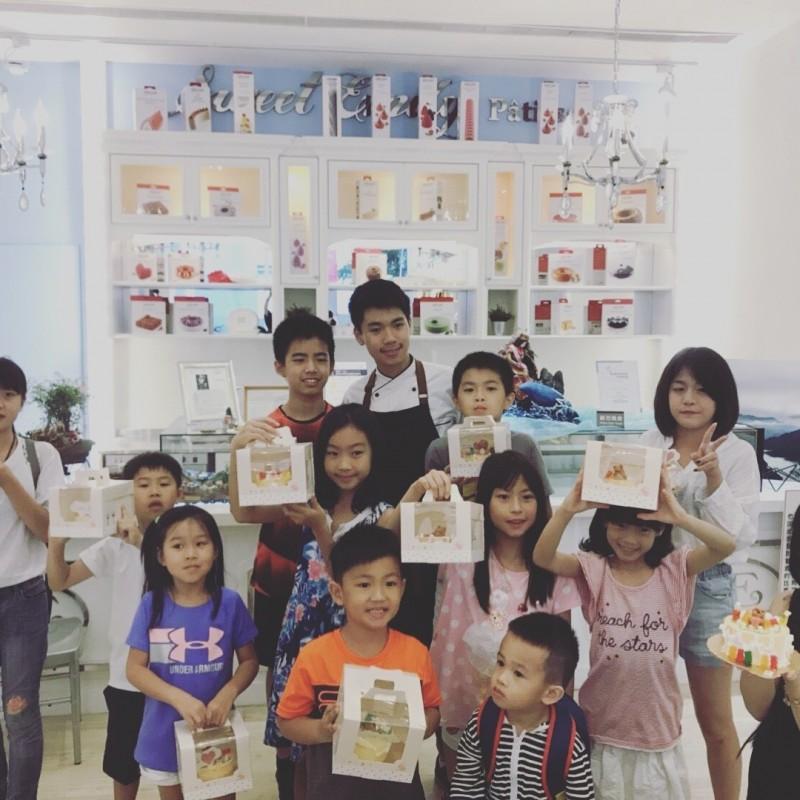 王奕鈞努力不懈在翻糖的創作,會跟小學弟學妹分享自己努力的故事,也獲得了「2019總統教育獎」。(明道中學提供)