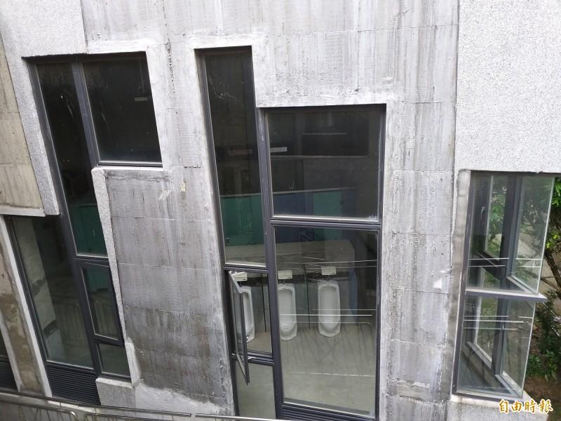 民眾擔心竹東文創藝術村I棟的男廁牆面採多扇玻璃窗的設計,恐讓人「一覽無遺」!(記者廖雪茹攝)