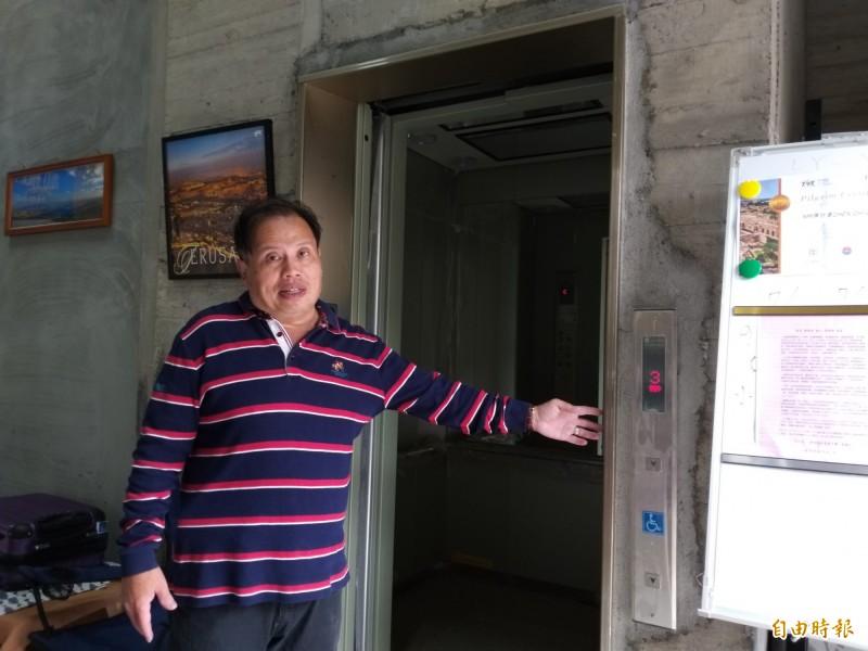 旅行社陳先生無奈地說,自費修復電梯,卻因樓下房客拒他們搭電梯進出而無法使用;他認為,電梯屬無障礙公設,理應開放使用才對!(記者廖雪茹攝)