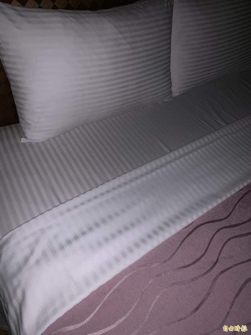 警方進入人妻許女與林男休息的摩鐵房間內,取得含有兩人體液DNA的床單物證。摩鐵床單示意圖,與本案新聞無關。(記者王俊忠翻攝)
