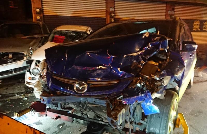 撞擊中古車的轎車。(記者洪定宏翻攝)