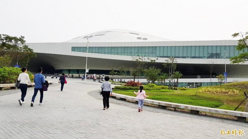 衛武營國家藝術文化中心開幕半年受歡迎,創下超過10萬人次進場欣賞演出。 (記者陳文嬋攝)