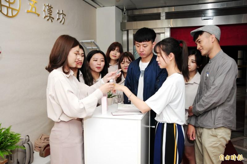 靜宜大學化粧品科學系成果展。(記者張軒哲攝)