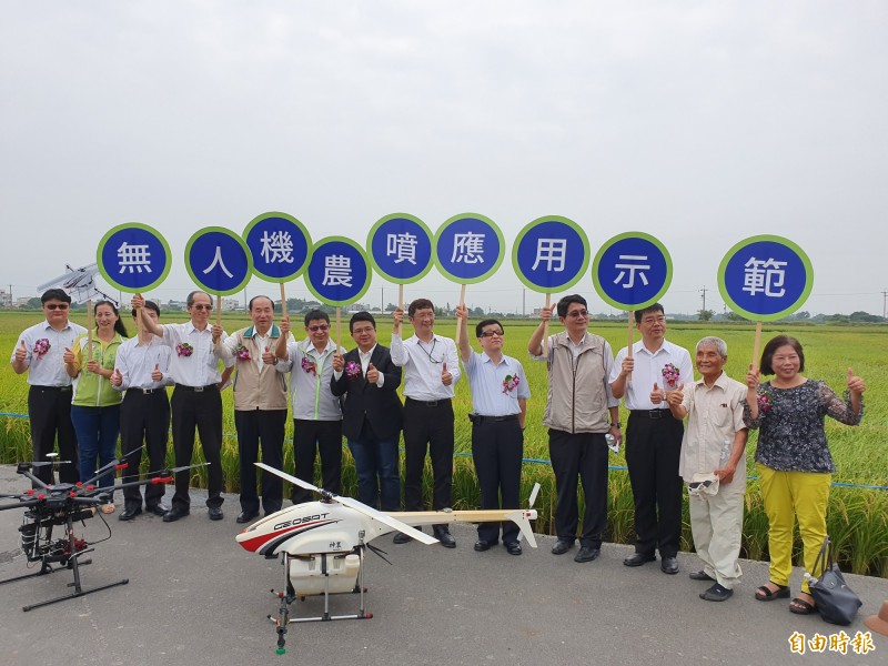 無人機農噴已在台南大規模應用,面積達84公頃,今展示推動成果,未來將用於勘查農損。(記者王涵平攝)