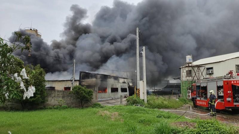 鹿港專作獎盃工廠傳出火災,正在搶救中。(記者劉曉欣翻攝)