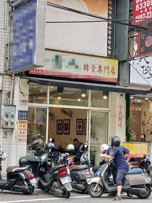 徵才民眾按圖索驥找到徵才地點竟是一家便當店,引來更大好奇。(記者陳冠備翻攝)