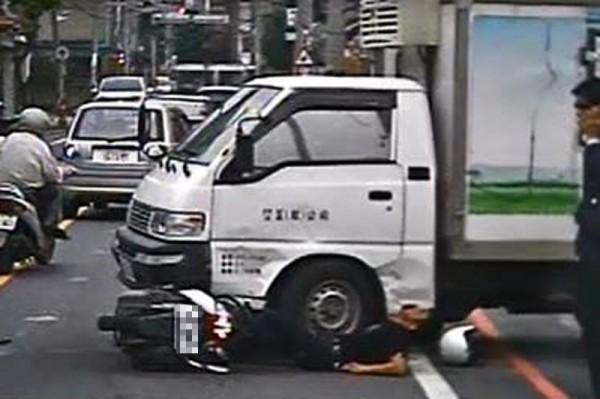 葉姓騎士撞上貨車,腳卡在機車及貨車間動彈不得。(記者鄭名翔翻攝)