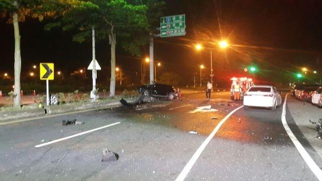 黑色轎車撞上中央分隔島,慘成一具廢鐵,車上兩名少年重傷送醫。(記者鄭名翔翻攝)