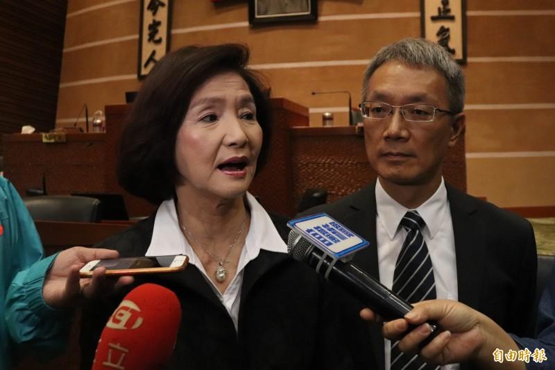 針對民進黨的抨擊,林姿妙(左)受訪時回應,外縣市也都這樣,新政府就要有新創意,且這是議長的指示,秘書長坐一旁是尊重議會、尊重議長。(記者林敬倫攝)