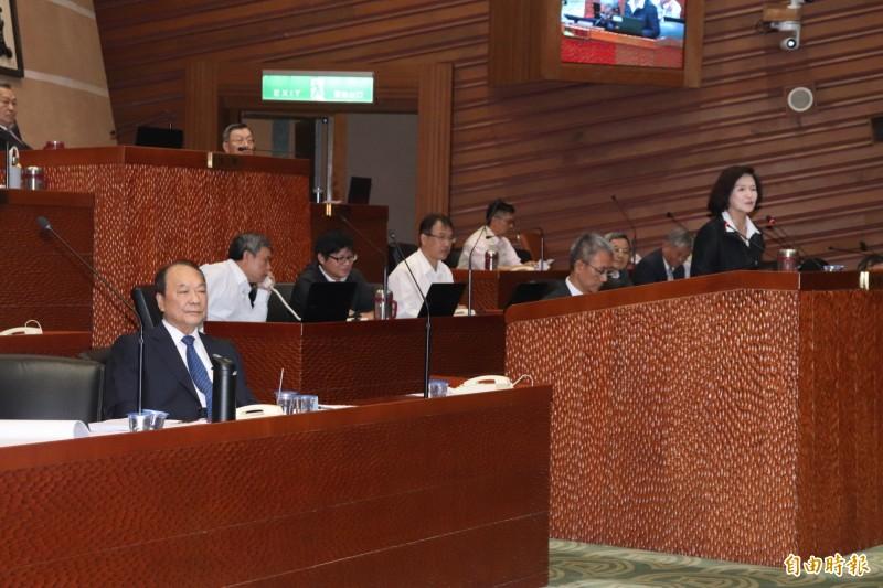 宜蘭縣長林姿妙今參與縣議會施政總質詢,但上備詢台時,縣府秘書長林茂盛卻坐在一旁,引發議員不滿。(記者林敬倫攝)