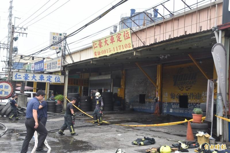 國道1號岡山交流道下的高雄燕巢區安招路汽車保養廠,今天凌晨4點發生火警。(記者蘇福男攝)