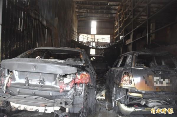 保養廠內停放多輛待修的外國進口轎車,全部付之一炬。(記者蘇福男攝)