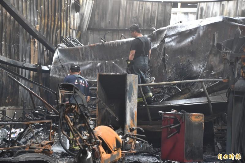 消防人員5點21分將火勢撲滅,所幸無人員受傷受困。(記者蘇福男攝)