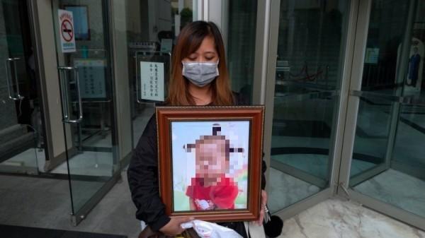 遭虐死的一歲半女童,其奶奶帶著女童生前可愛遺照出庭。(記者王俊忠攝)