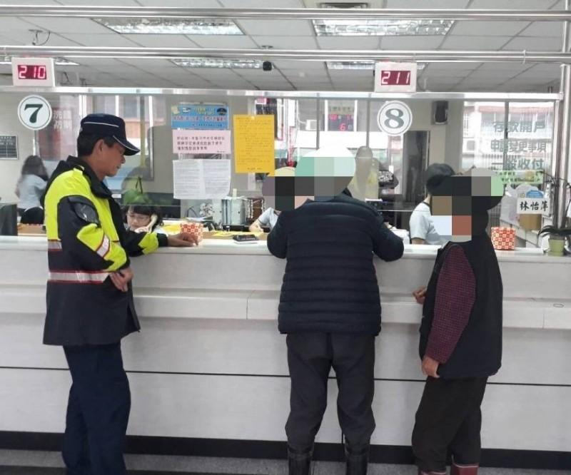 關山警分局員警協助護鈔。(記者王秀亭翻攝)