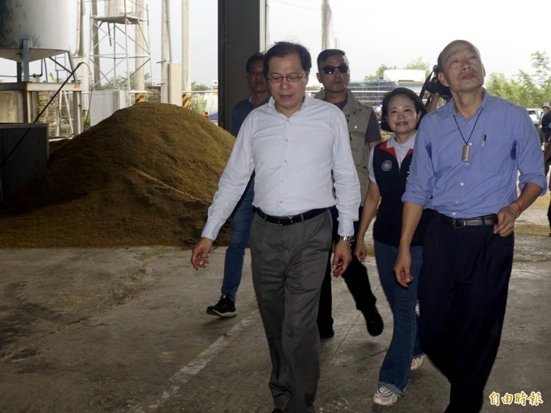 高雄市長韓國瑜下午到美濃勘查稻災,請黃光芹發言謹慎小心。(記者黃佳琳攝)