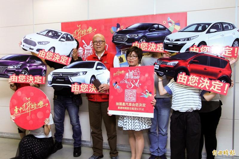 經發局長高禩翔(左)邀民眾票選想開的國產車。(記者張菁雅攝)