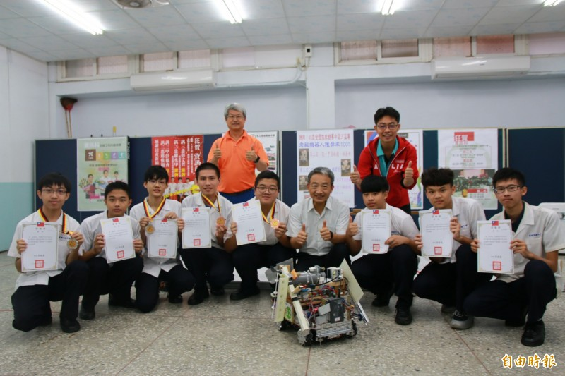 君毅中學推廣機器人技術有成,參加各區、全國比賽屢獲佳績,堪稱全國數一數二機器人培訓學校。(記者鄭名翔攝)