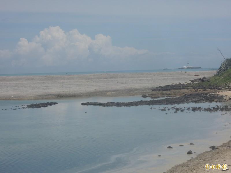 吉貝北面出現潟湖地形,大批沙子堆積此處。(記者劉禹慶攝)