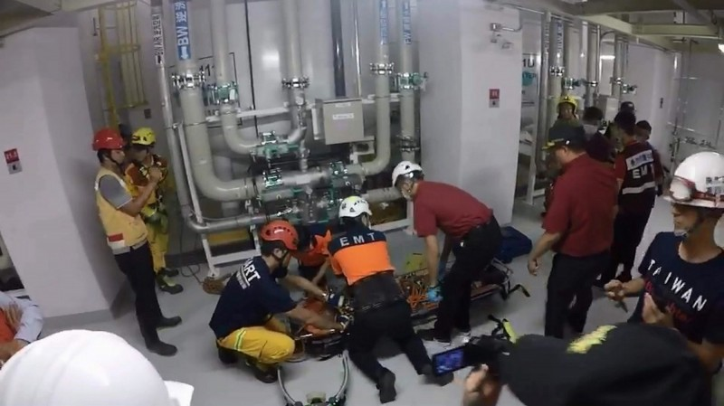 消防人員獲報抵達現場,趕緊實施心肺復甦術搶救。(記者萬于甄翻攝)