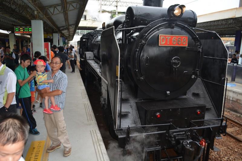 台鐵史上最大噸位「蒸汽火車之王」DT668,過去現身彰化站時引起轟動。(記者湯世名翻攝)