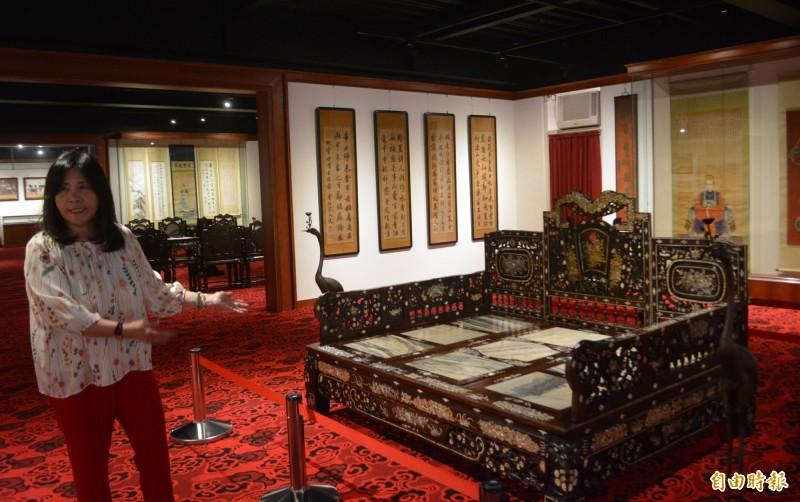 明台高中董事長林芳媖籌設「林獻堂博物館」,裡面展示霧峰林家使用的鑲貝殼木椅,以及字畫等200多件文物。(記者陳建志攝)