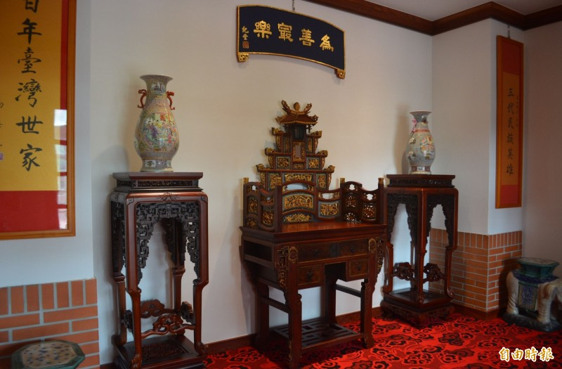 「林獻堂博物館」裡面展示約150年歷史,同治年間雕刻精細的樟木鏡台。(記者陳建志攝)