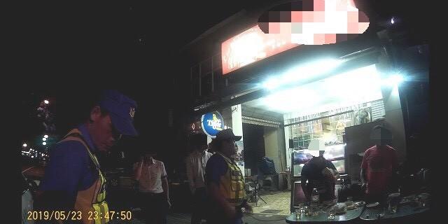 高雄又見街頭鬥毆,警方趕往現場處理。(記者洪定宏翻攝)