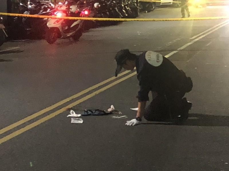 今天凌晨0時許,一名男子在新北市汐止區福德一路遭年輕槍手近距離槍擊倒地,警方封鎖現場採證,找到3顆彈殼。(記者林嘉東翻攝)