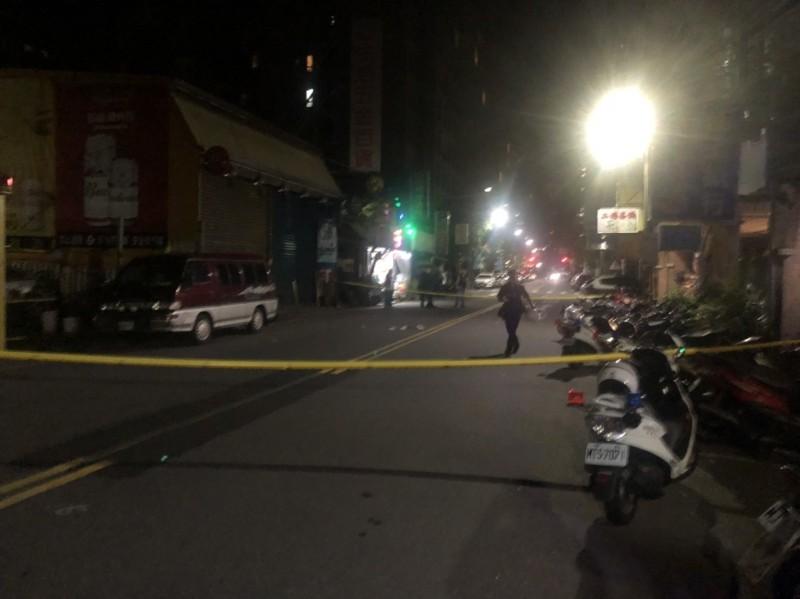 警方封鎖現場採證,找到3顆彈殼。(記者林嘉東翻攝)